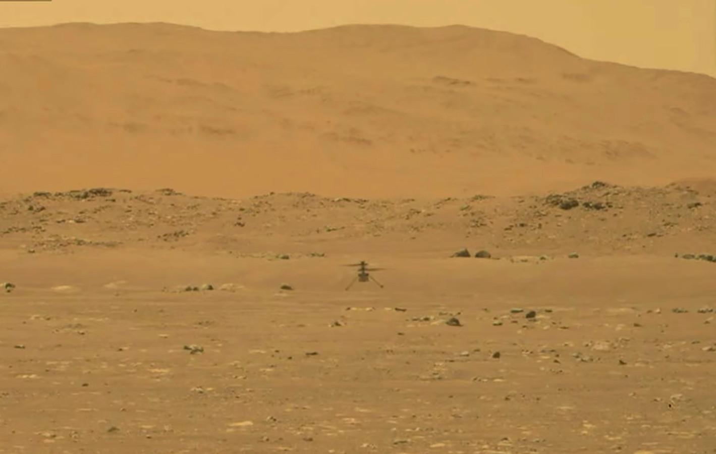Missie geslaagd! We zien Ingenuity in de lucht hangen op de planeet Mars.