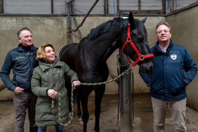 Eigenaren Mark en Vivian Hoeffgen en de directeur Haike Blaauw van de branchevereniging  FNRS bij paard La Duchesse.