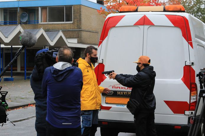Reconstructie van het vuurwapenincident op de Ariaweg voor het televisieprogramma Opsporing Verzocht.
