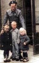 De Poolse soldaat Zygmunt Sawicki redde in de Tweede Wereldoorlog drie kinderen bij de bevrijding van Ter Apel. Zij staan op deze foto.