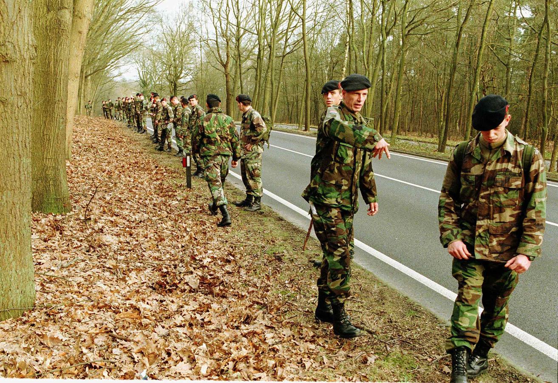 Mariniers zoeken in 1999 in de bossen tussen Maarn en Doorn naar het vermiste 13-jarige meisje Sybine Jansons.