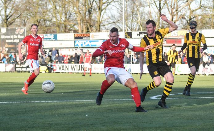 Roy Bakkenes (m) speelde afgelopen seizoen nog met DOVO tegen DVS'33. Komend seizoen is de middenvelder speler van Sparta Nijkerk.