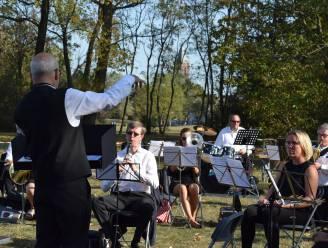 """Harmonie Noorderlicht pakt uit met miniconcert zonder publiek in gemeentepark: """"Een moment van muzikale verbondenheid"""""""
