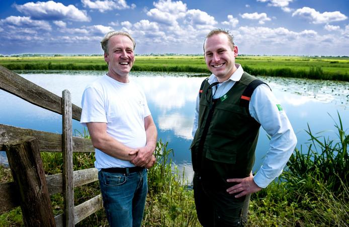 Natuurboer Arie van Oosterom en boswachter Koen Fousert (rechts) werken samen aan natuurbeheer.