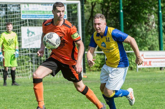 Jeffry van Oss (rechts) in 2018 namens Berghem Sport in actie tegen Excellent.