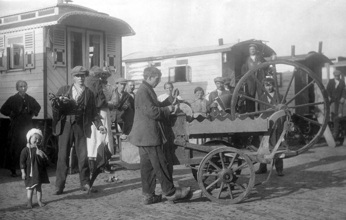 Een scharensliep op woonwagenkamp Binckhorsthoek in 1921