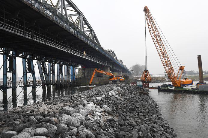 Rijkswaterstaat besloot tijdens de reparatie van de stuw een dam te leggen om het waterpeil van de Maas weer goed te krijgen.