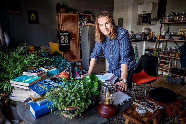 Jeroen van der Lely bewoont een kleine studentenflat in Utrecht. Beeld Raymond Rutting / de Volkskrant