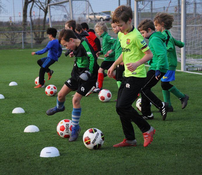 De jeugd van Zeelandia Middelburg traint gewoon, zonder ouders langs de kant en met begeleiders op minimaal anderhalve meter afstand.