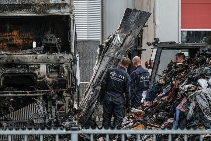 De politie doet sporenonderzoek bij de uitgebrande vrachtwagen van Jos Lambregts op het bedrijfsterrein van MM Transport in Doesburg.
