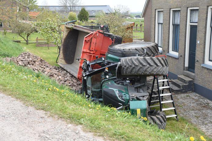 De tractor is vlak voor de gevel van een boerderij tot stilstand gekomen.