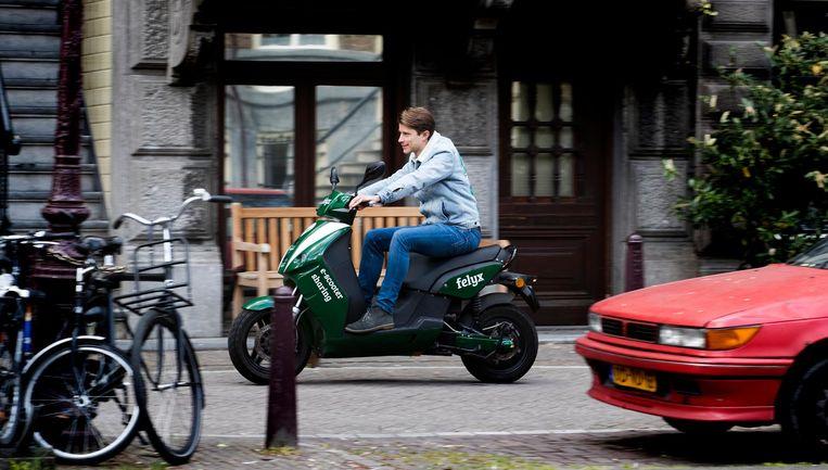 Sinds 2017 rijden in Amsterdam ook elektrische deelscooters rond. Beeld anp