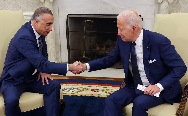 De Amerikaanse president Joe Biden (rechts) schudt de hand van de Iraakse premier Mustafa al-Kadhimi in het Oval Office in het Witte Huis.  Beeld REUTERS