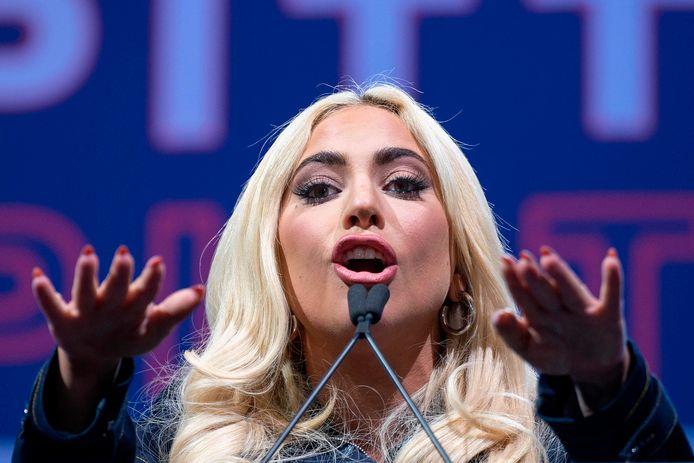 Lady Gaga brengt het nationaal volkslied.