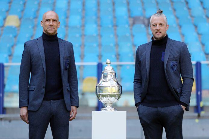 Vitesse-coach Thomas Letsch (links) en doelman en aanvoerder Remko Pasveer met de KNVB-beker bij de persconferentie voor de bekerfinale in stadion GelreDome.