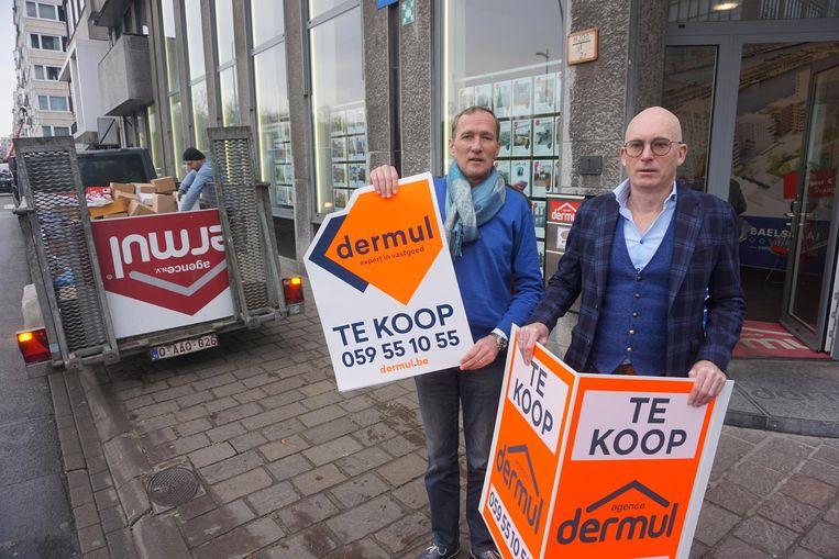 Paul Luypaert en Filip Dermul (rechts) van Agence Dermul met een nieuw en oud immobord( rechts).