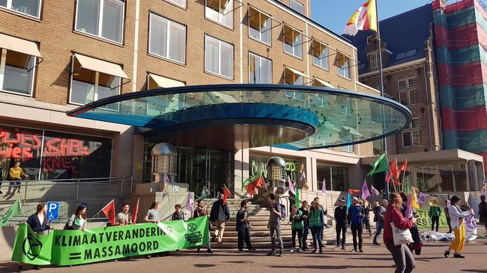 Actievoerders bij hoofdkantoor Shell.