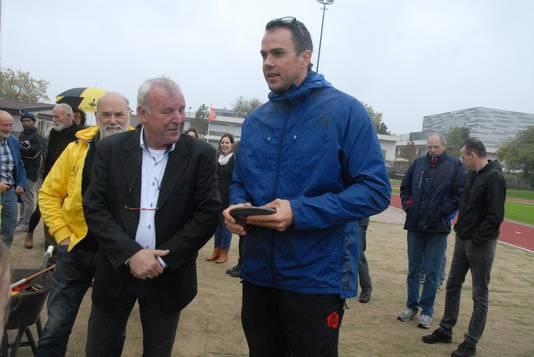 Wethouder Jos van Son tijdens een van zijn vele werkbezoeken. Hier met topsporter Erik Cadée.