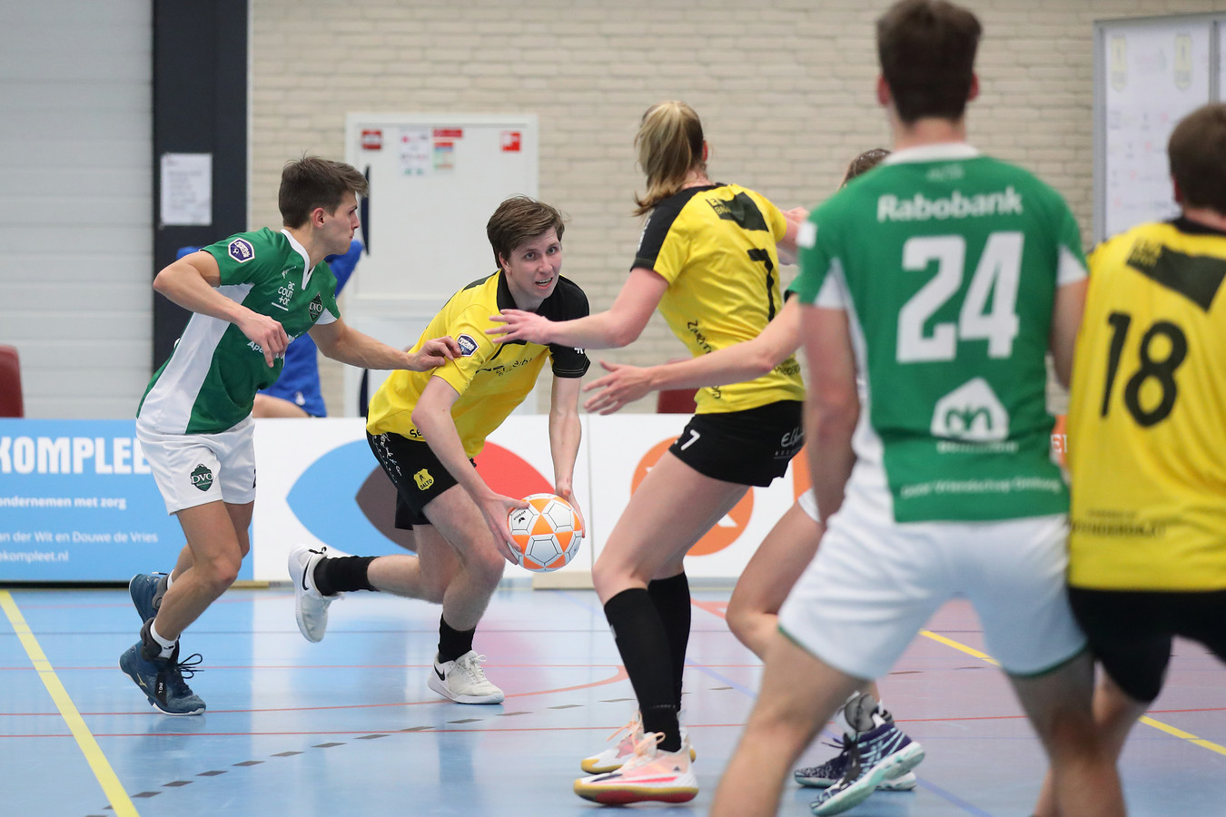 Mathijs den Ouden (met bal) passeert Gert-Jan Meerkerk van DVO.