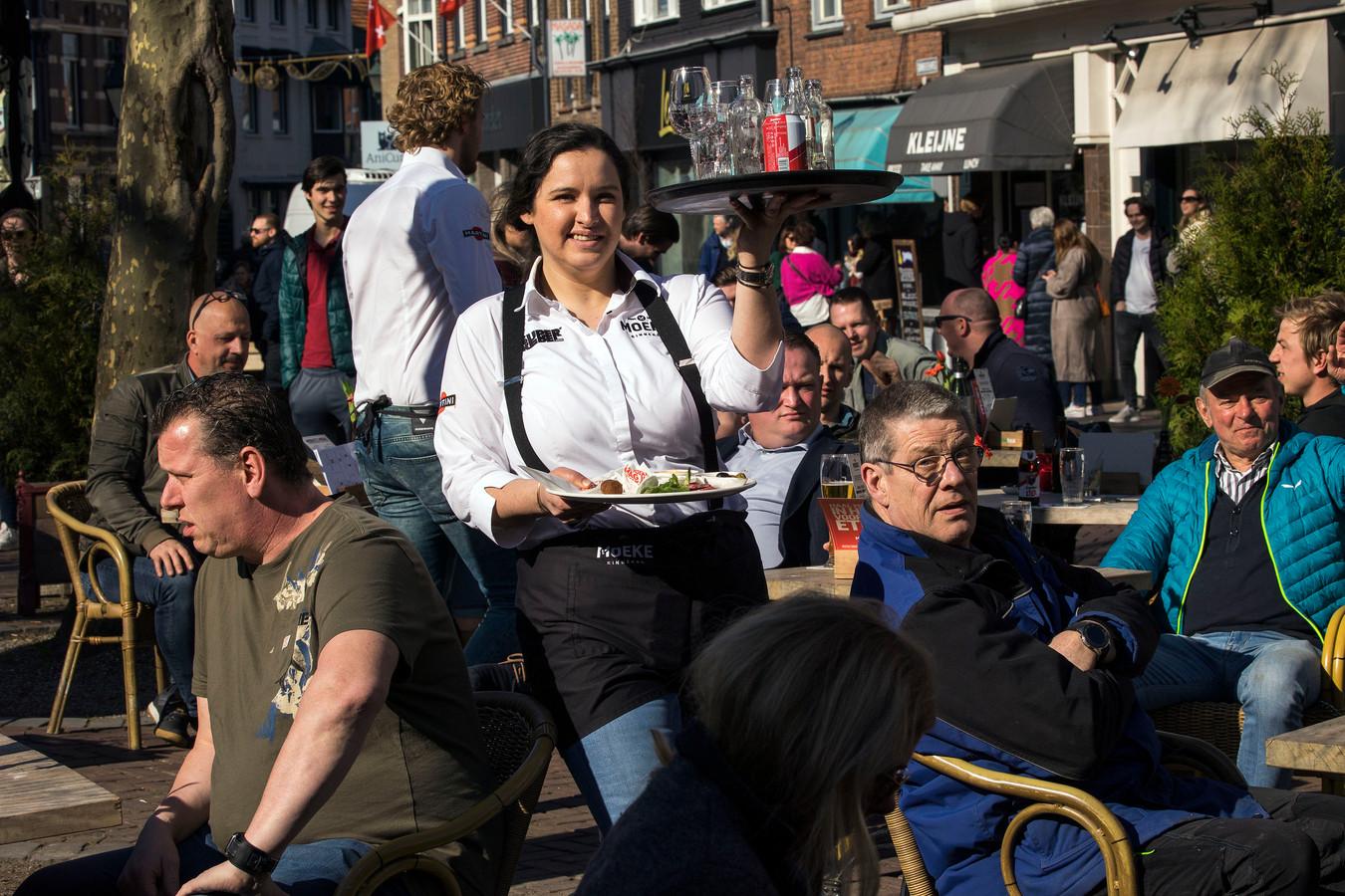 Het terras van café Moeke op de Ginnekenmarkt in Breda was dinsdag heel even open.