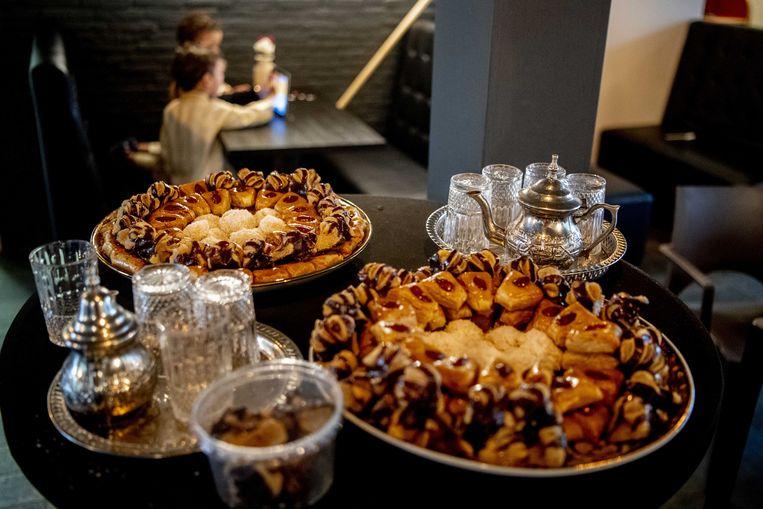 In een moskee in Rotterdam stonden vorig jaar voor het Suikerfeest heerlijke gerechten klaar. Beeld ANP, Robin Utrecht