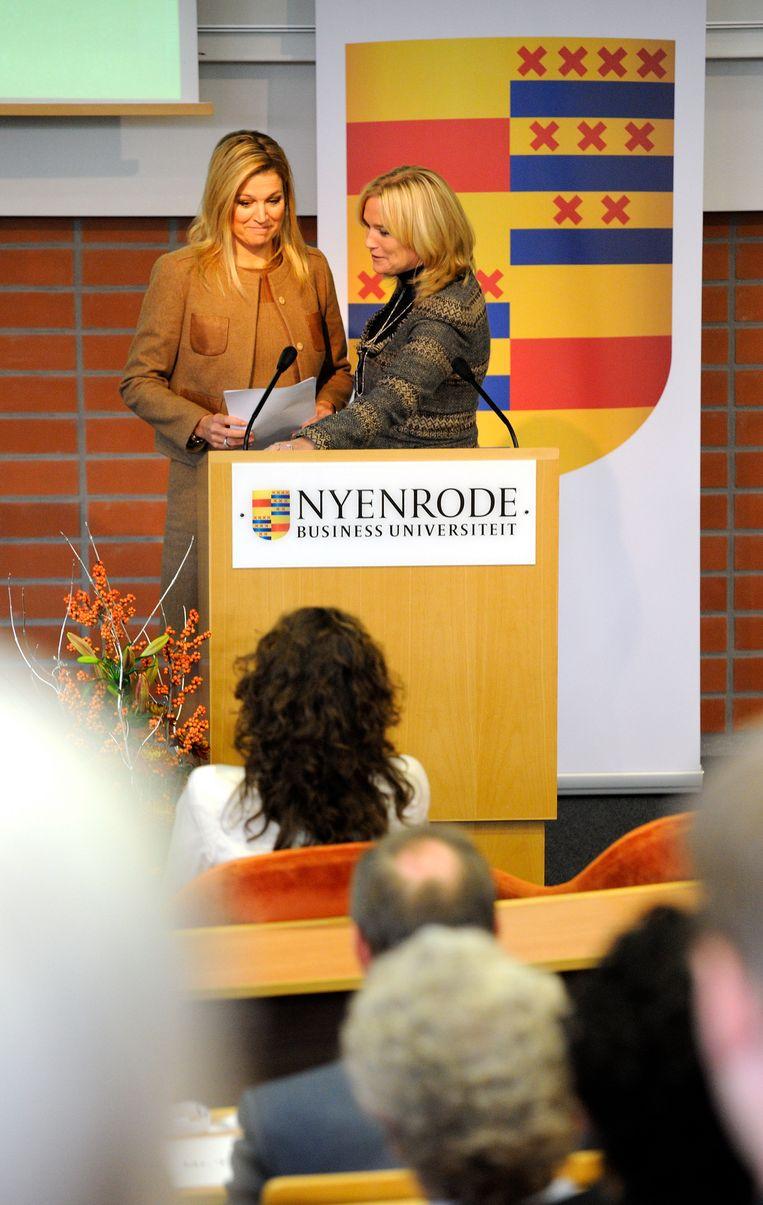 Hoogleraar Mijntje Lückerath-Rovers (r) met Prinses Maxima op de Nyenrode-universiteit in Breukelen in 2011.  Beeld Hollandse Hoogte /  ANP