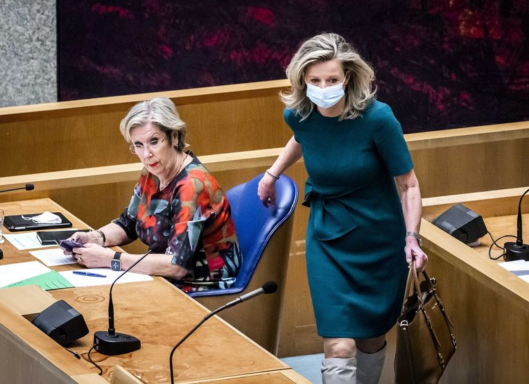 Voormalig verkenners Annemarie Jorritsma (VVD) en Kajsa Ollongren (D66) in de Tweede Kamer voorafgaand aan een debat over de mislukte formatieverkenning.  Beeld ANP