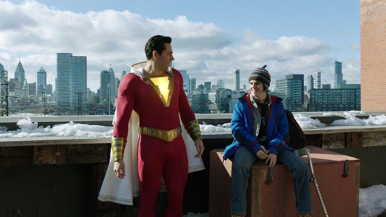 Het leukste deel van de film is de ontdekkingstocht van Billy als Shazam naar zijn bijzondere krachten. Hij wordt daarin bijgestaan door zijn vriend Freddy. Beeld
