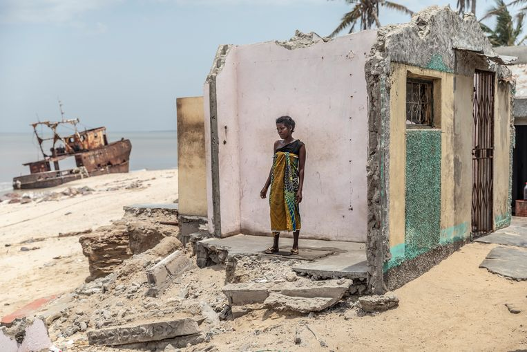 De 23-jarige Deolinda met haar man hebben net als andere inwoners van Praia Nova veelvuldig geprobeerd om met zandzakken het zeewater weg te houden bij de fundamenten van hun huizen, maar bij de grote storm in maart dit jaar waren de golven te krachtig en is een deel van het huis weg gespoeld.   Beeld Sven Torfinn
