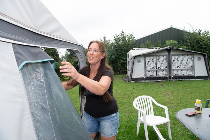 Mariëtte Hogenkamp en haar gezin bestieren boerencamping 't Slag in Oudleusen. Tussen de stallen staan caravans en vouwwagens. Graag zien ze ook 'glamping': luxe, vaste tenten. Van de gemeente mag dat (nog) niet, maar daar komt misschien verandering in.