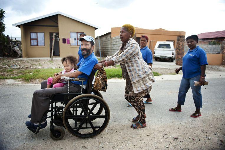 Shulukazi Mayaphi ('Emmanuel') duwt aidspatiënt Graham. Beeld An-Sofie Kesteleyn