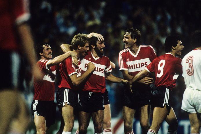 Een feestje bij PSV met Adick Koot (tweede van links) als middelpunt. Berry van Aerle, Eric Gerets, Ivan Nielsen en Gerald Vanenburg juichen met hem mee na de 3-0 tegen Galatasaray.