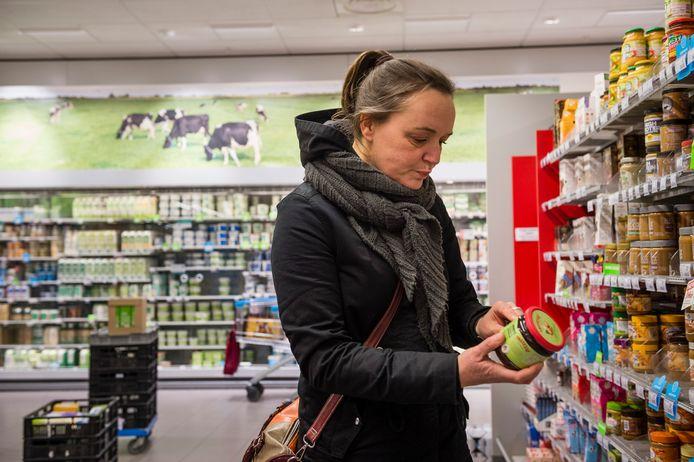 Dorien ten Cate weet precies waar je moet zijn in de supermarkt voor veganistische producten.