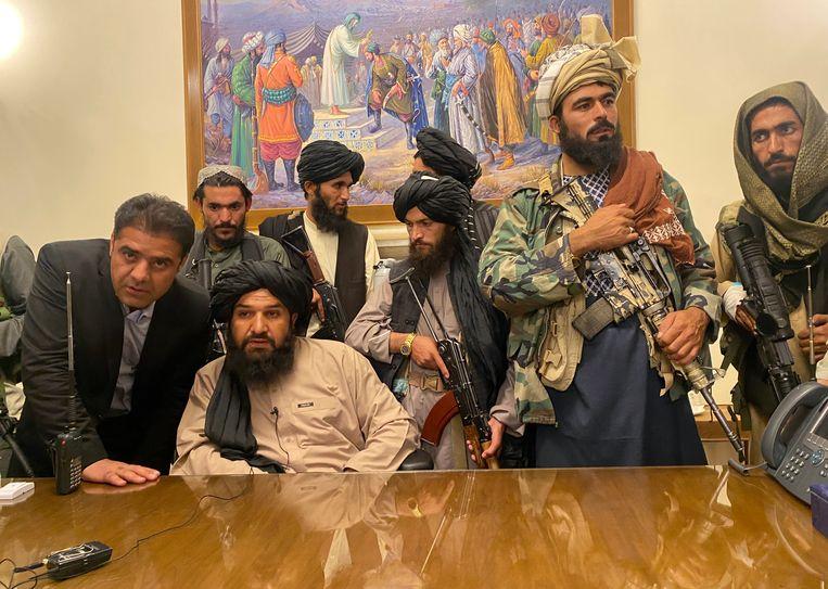 Taliban-strijders nemen de controle over het Afghaanse presidentiële paleis nadat de Afghaanse president Ashraf Ghani het land ontvluchtte.  Beeld AP