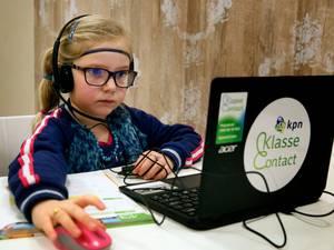 Tirzah (7) gaat 'gewoon' naar school, op afstand