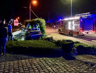 Bestuurder onder invloed rijdt cabrio in vernieling tegen elektriciteitspaal: passagierster (59) overleeft klap niet