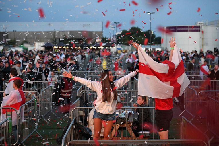 Engelse fans reageren op de overwinning op Tsjechië, in Manchester. Beeld AFP