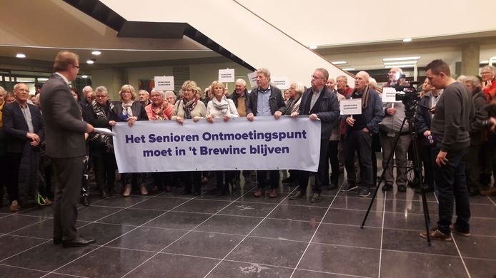 Het Senioren Ontmoetingspunt bood in 2019 voor de begrotingsvergadering een petitie met 700 handtekeningen aan aan de Doetinchemse raad.
