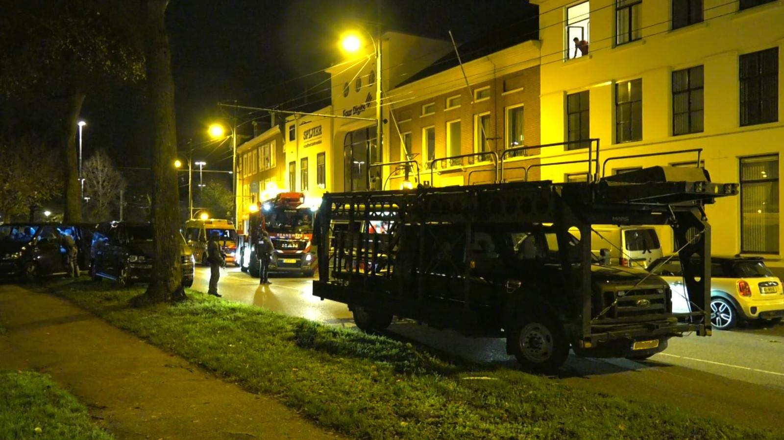 Het arrestatieteam voor het pand aan de Jansbinnensingel in Arnhem.