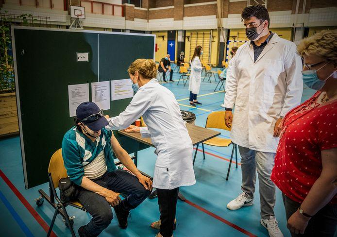 Youssef kreeg eerder in de sporthal op het Visserijplein in Rotterdam-Delfshaven direct een coronavaccinatie tijdens een bijzondere prikactie van GGD, huisartsen en ziekenhuizen.