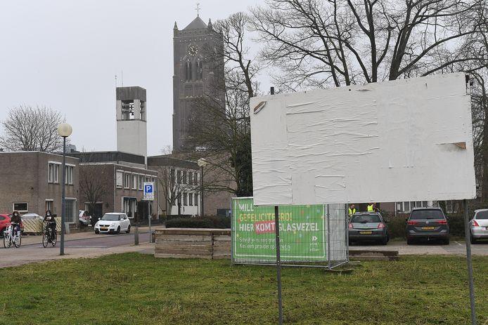 Een verkiezingsbord in het centrum van Mill is door vandalen wit gemaakt. De affiches hingen er al en zijn daarmee onzichtbaar.