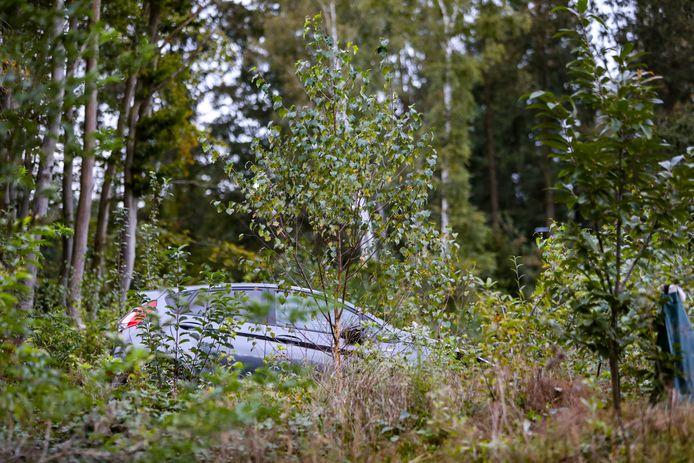Dit was het tafereel na het ongeval: de auto staat op een heuveltje tussen bomen.