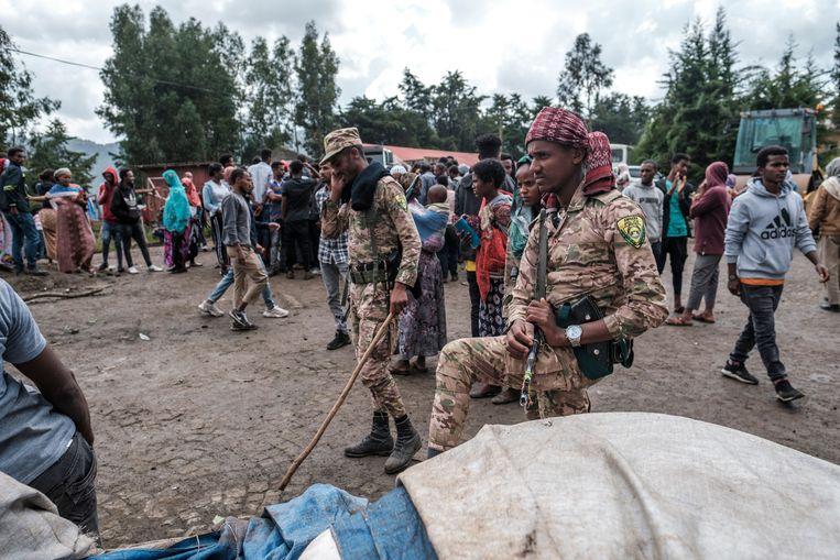 Speciale agenten van de Amhara politie bewaken voedsel en hulpgoederen voor vluchtelingen in de Ethiopische stad Dessie. Het geweld tussen Tigrese strijders en de federale regering van Ethiopië is sinds enkele weken ook overgeslagen naar Amhara en Afar, regio's rondom Tigray. Beeld AFP