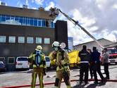 Dakwerkers blussen brand tijdens werken op kantoorgebouw Unic Design
