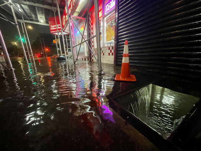Straten en gebouwen lopen onder water in New York City.