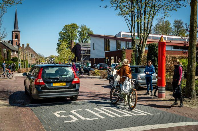 Er is veel verkeer bij basisschool De Ster wat tot gevaarlijke situaties leidt.