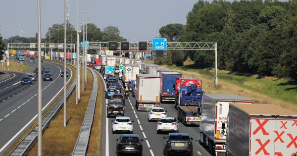 21 kilometer file tussen Apeldoorn en Deventer door ongeluk en wegwerkzaamheden.