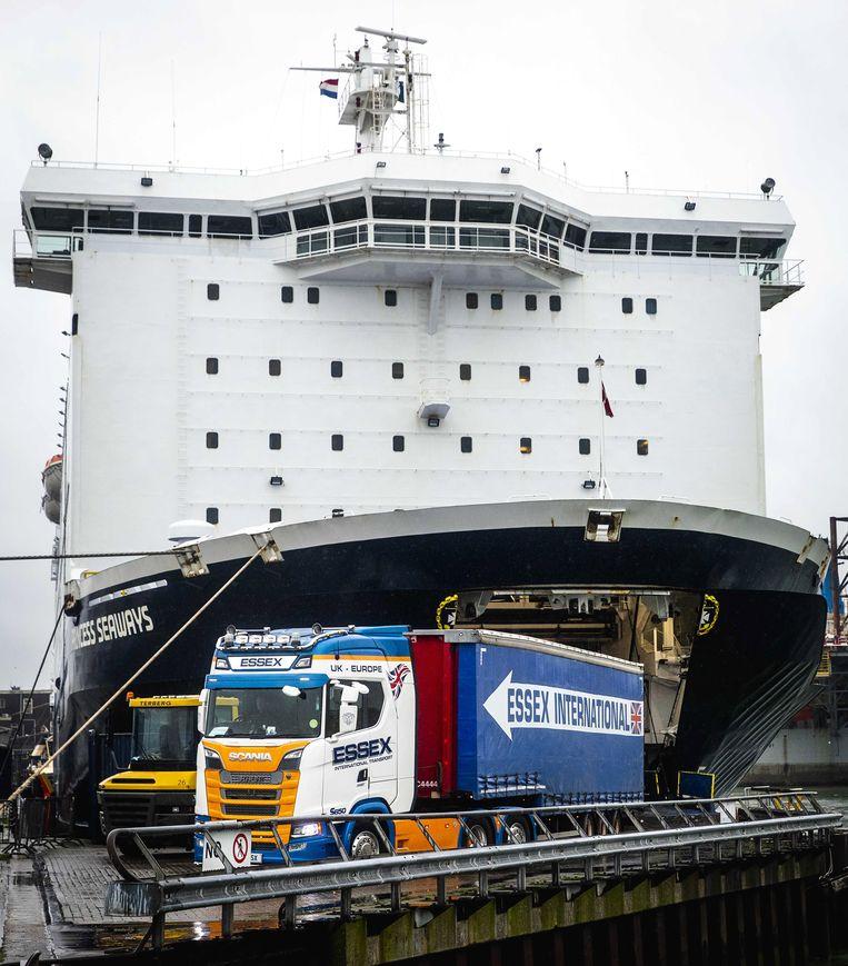 Vrachtwagens verlaten de veerboot in IJmuiden Beeld EPA