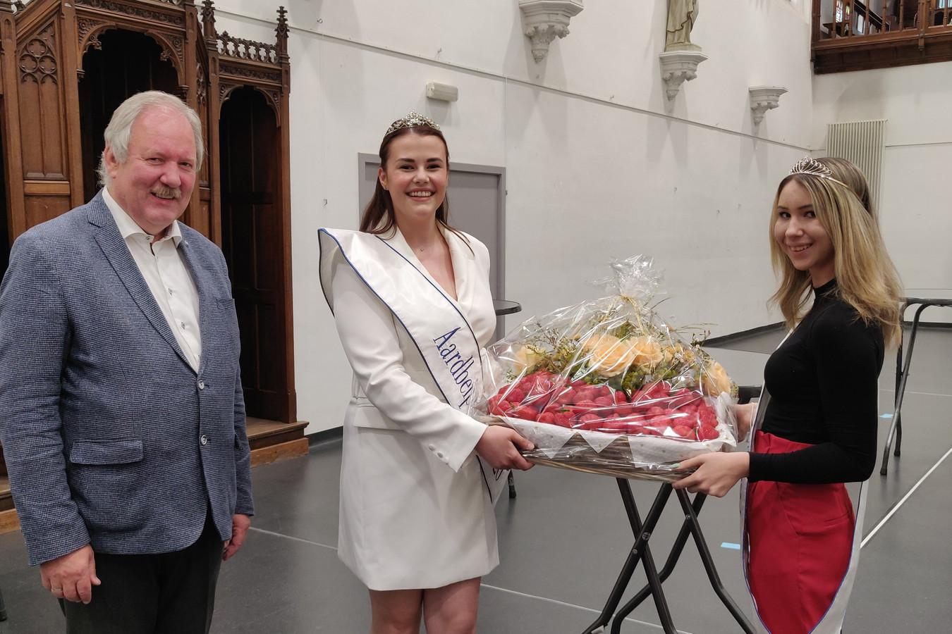 Aardbeiprinses Caro Smet en eerste eredame Kayleigh Van Molle mochten samen met burgemeester Marc Van de Vijver de korf aardbeien aan de koerier overhandigen.