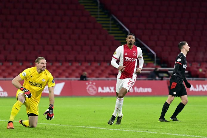 Lars Unnerstall in actie in het bekerduel tegen Ajax. Rechts van hem Sebastien Haller en Olivier Boscagli.